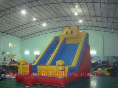 Diapositiva del oso inflable
